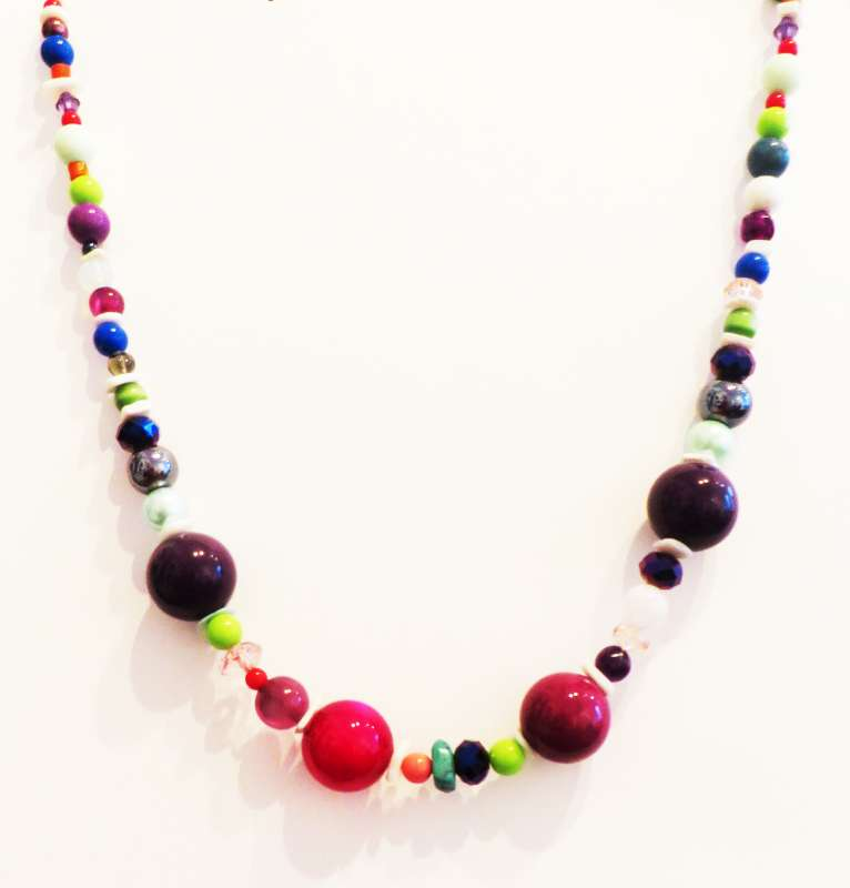Multicoloured and round beaded necklace