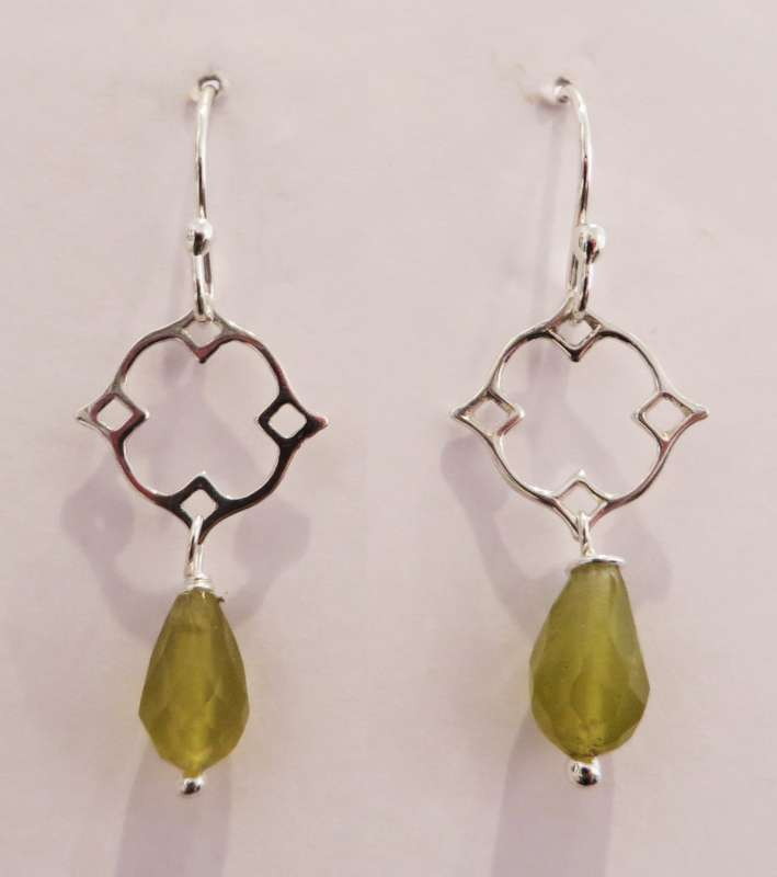 Silver Victoria clover drop earrings (peridot)