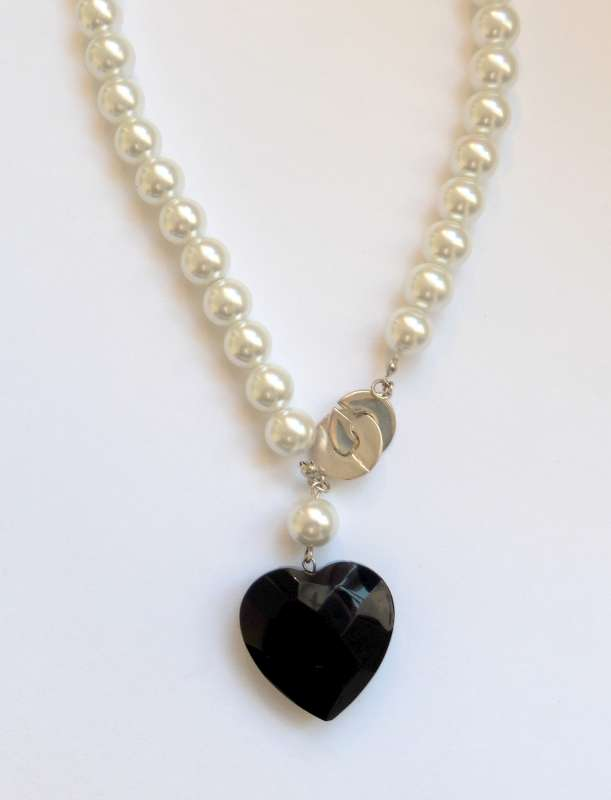 Black heart pendant with pearls